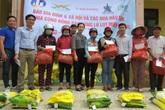 Báo Gia đình và Xã hội tiếp tục trao quà cho đồng bào vùng lũ tỉnh Quảng Bình
