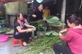 """Xúc động người dân Hà Tĩnh dùng gạo cứu trợ nổi lửa nấu bánh """"đáp tình"""" người Nghệ An"""