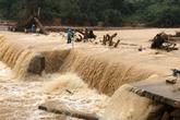 Quảng Trị: 3 người may mắn thoát chết khi đi nhận hàng cứu trợ bị nước cuốn