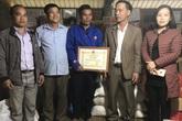 Khen thưởng người đàn ông dũng cảm cứu 3 người bị nước cuốn khi đi nhận hàng cứu trợ