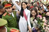 Hàng nghìn người chen lấn để chúc mừng hoa hậu Đỗ Thị Hà về quê