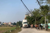 Xe container lùi trong đường liên thôn làm 2 chị em ruột tử vong