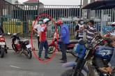 Rút gậy dọa đánh người ngăn cản sau va chạm giao thông, thanh niên bị dân vây đánh túi bụi ở Sài Gòn