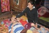 Xót cảnh người phụ nữ gồng mình chăm chồng bệnh cùng 3 đứa con thơ
