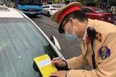 CSGT Hà Nội đồng loạt ra quân dán giấy thông báo phạt nguội trên kính xe