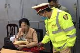 Cảnh sát giao thông cứu người mẹ ôm con nhỏ định nhảy cầu tự tử lúc rạng sáng