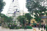 """Những cây thông Noel khổng lồ chuẩn bị """"đổ bộ"""" đường phố Hà Nội dịp Giáng sinh"""
