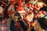 """Người dân đổ ra đường trong đêm Giáng sinh """"ấm áp"""""""