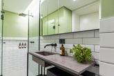 Căn hộ 30 m2 giấu phòng tắm sau tủ quần áo
