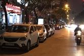 """Hà Nội: Cận cảnh xe ô tô """"bức tử"""" lòng đường Hoàng Quốc Việt gây tắc nghẽn nghiêm trọng"""