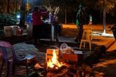 Mùa đông gõ cửa, người Hà Nội đốt lửa sưởi ấm giữa đêm giá lạnh