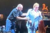 Elton John bỏ dở buổi diễn vì viêm phổi