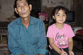 Bố mẹ bỏ đi từ nhỏ, bé gái sống với ông nội già nua trong căn nhà rách nát