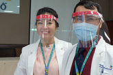 Tranh thủ giờ nghỉ, y bác sĩ làm kính bảo hộ phòng COVID-19