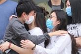 Được chữa khỏi COVID-19, bệnh nhân ngoại quốc rớm nước mắt cảm ơn bác sĩ Việt Nam