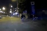 2 thanh niên đi xe máy giật phăng ổ bánh mỳ của người bán hàng ven đường gây phẫn nộ