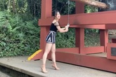 Hương Tràm bị chỉ trích vì mặc váy siêu ngắn, áo hở vai đi chùa