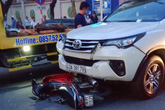 Mẹ con giáo viên bị ôtô tông, kéo lê trên đường