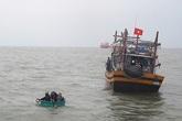 Hà Tĩnh: Nhiều thuyền viên được cứu sống trong đêm do lốc đánh chìm thuyền
