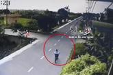 Bé trai đang đạp xe sang đường bất ngờ bị xe bán tải lao nhanh đâm kinh hoàng, kéo lê 15m rồi rơi thẳng xuống sông