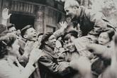 Những hình ảnh bình dị của Chủ tịch Hồ Chí Minh với quân và dân ta
