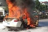 Đang lưu thông trên đường, ô tô tập lái  bất ngờ bốc cháy