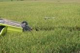 Hốt hoảng chiếc xe ô tô con nát bét lật ngửa dưới ruộng