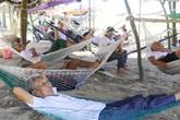 Hà Tĩnh: Nóng không chịu nổi, người dân bỏ nhà ra bờ biển mắc võng