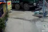 Đang trên đường đi dạy, nữ giáo viên bị xe ben đâm từ phía sau, cuốn vào gầm, kéo lê 100m tử vong