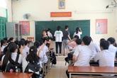 Xúc động hình ảnh thầy cô chữa bài cho học sinh sau kỳ thi vào lớp 10 THPT tại Hải Phòng