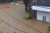 Mưa lớn trong đêm khiến hàng loạt ô tô đỗ ngoài đường bị nước ngập tới nóc ở Hà Giang