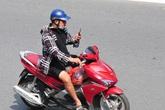 """Báo động với thói quen """"chết người"""" khi điều khiển xe mô tô, gắn máy"""