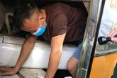 Tránh cách ly y tế, 3 công dân trốn trong hầm xe khách khi nhập cảnh