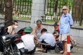 Bất chấp lệnh cấm từ 1/8, người Hà Nội vẫn có chỗ ngồi trà đá, vỉa hè chỉ vắng trước cơn mưa giông bất chợt