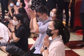 Bất chấp dịch COVID-19, người dân Thủ đô đeo khẩu trang đi lễ đầu tháng cô hồn