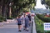 """Người dân Thủ đô vẫn """"hồn nhiên"""" quên đeo khẩu trang khi đến công viên và các địa điểm vui chơi công cộng"""