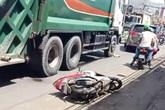 Xe chở rác kéo lê cô gái trên quốc lộ