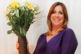 """Nhặt được bình sắt kỳ lạ, người phụ nữ vui tay đem về làm lọ cắm hoa, 30 năm sau mới phát hiện ra mình sống chung với """"Tử thần"""" bấy lâu"""