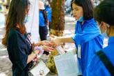 Hình ảnh thí sinh đeo khẩu trang, rửa tay sát khuẩn khi tới làm thủ tục dự thi tốt nghiệp THPT