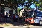 Xe khách lật nghiêng sau va chạm với xe tải ở Quảng Bình