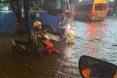 """Nhiều tuyến đường Sài Gòn hóa thành """"sông"""" sau cơn mưa lớn kéo dài"""