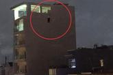TP.HCM: Bàng hoàng phát hiện người đàn ông tử vong trong tư thế treo cổ lơ lửng trên bờ tường căn nhà cao tầng