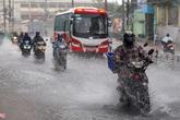 Người dân TP.HCM ngã nhào trong mưa