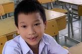 Bé Lù Văn Chiến 7 năm đi bằng đầu gối giờ vui vẻ chống nạng dự lễ khai giảng năm học mới ở Kon Tum