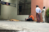 Vụ nam thanh niên rơi từ tầng cao chung cư tử vong ở Hà Nội: Ám ảnh ánh mắt thất thần của người cha ngồi gục bên thi thể con trai