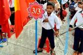 Lễ khai giảng của cậu bé từng chân trần đi bộ đường núi, vác cây măng trên vai gửi tặng người dân ở tâm dịch Đà Nẵng
