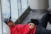 Tuấn Hưng đăng ảnh nằm vạ vật ở sân bay Mỹ