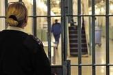 Nữ quản tù bị bắt vì cho phạm nhân xem ảnh khỏa thân