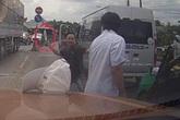Cãi vã trên đường, tài xế xe khách cầm dao chém liên tiếp lái xe taxi