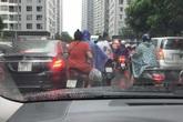 Tắc đường kinh hoàng ở Hà Nội nhìn từ trên cao, người dân vật vã đội mưa đi học, đi làm